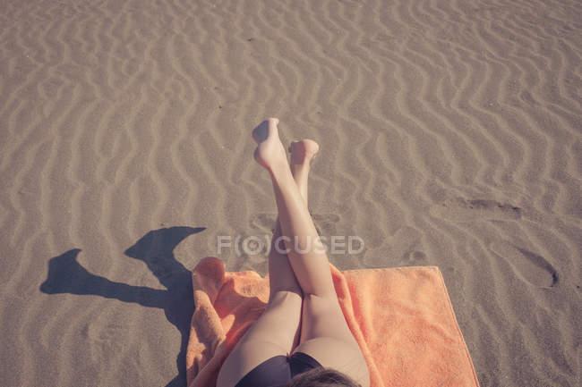 Ноги женщины отдыхают на пляже — стоковое фото