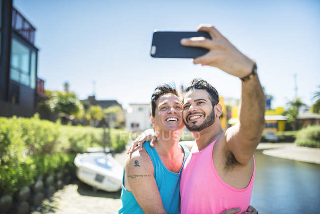 Homosexuell Brautpaar nehmen Selfie mit smartphone — Stockfoto