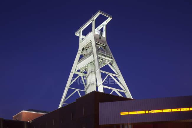 Vista in basso al faro illuminato del Museo minerario tedesco, Bochum, Germania — Foto stock