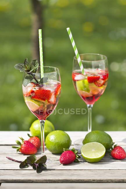 Lunettes avec glace, fraises, citron vert, grenadine et prosecco — Photo de stock