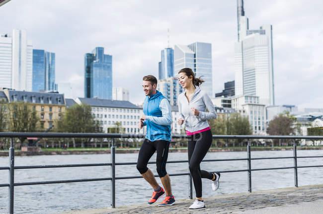 Giovane coppia che corre al fiume — Foto stock