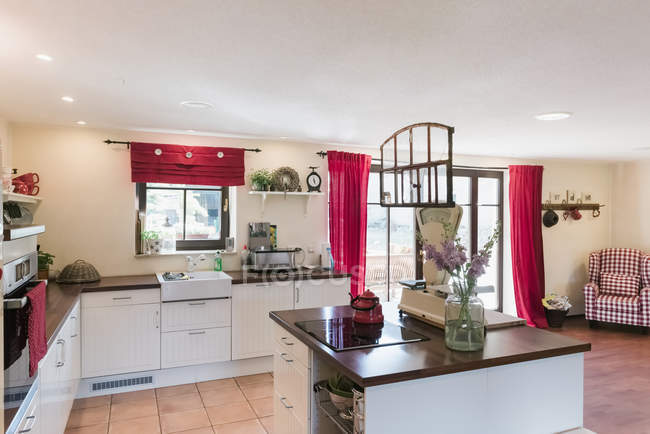 Open plan kitchen with kitchen island — Stock Photo