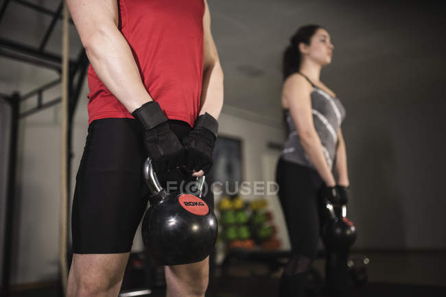 Two people doing kettlebell training in gym — Stock Photo