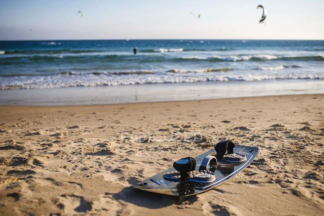 Spain, Andalusia, Tarifa, Kitesurf surfboard on the sand at the beach — Stock Photo