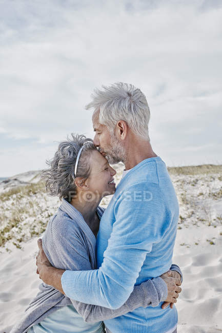 Happy couple embracing each other on the beach — Stock Photo