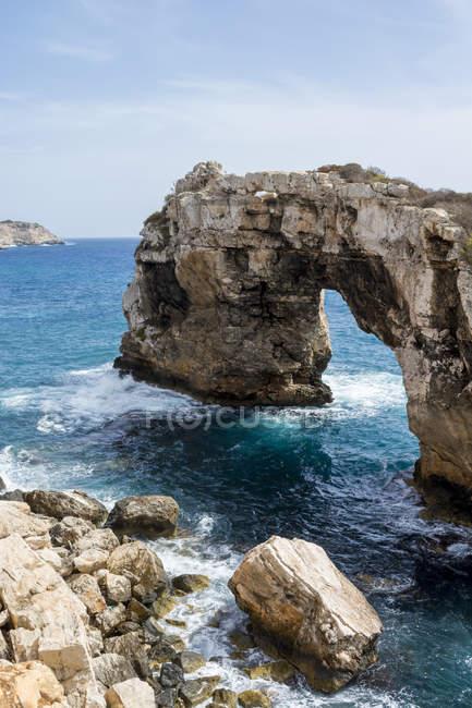 Spagna, Maiorca, Cala Santanyi, Arco di roccia Es Pontas — Foto stock