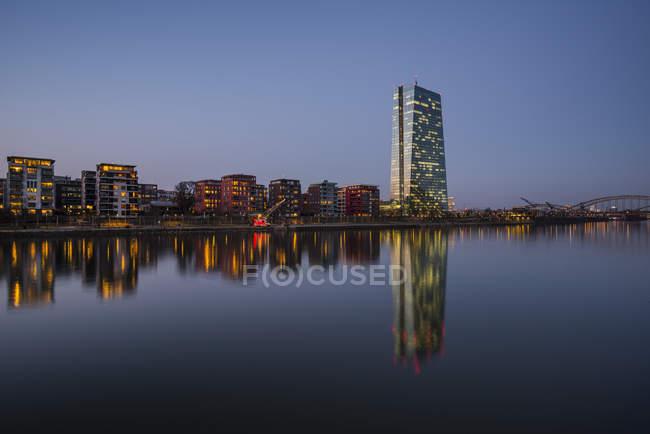 Deutschland, Hessen, Frankfurt, Main und Zentralbank-Europazentrale in den Abend — Stockfoto
