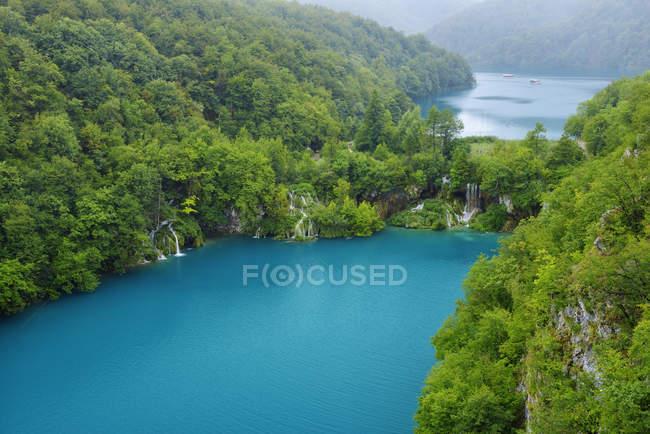 Croacia, vistas lago Milanovac y distante Kozjak lago en el Parque nacional Lagos de Plitvice - foto de stock