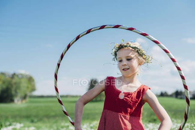 Fille avec Hula Hoop — Photo de stock
