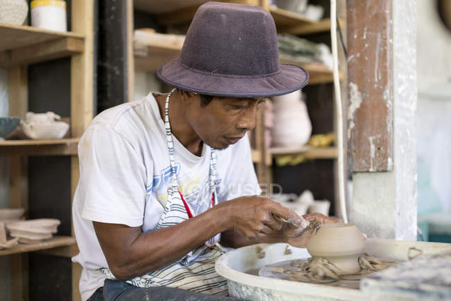 Man in workshop working on pottery — Stock Photo