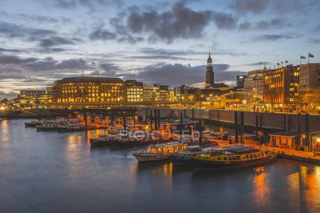 Alemanha, Hamburgo, porto interior com Igreja de St. Michaelis iluminada à noite — Fotografia de Stock