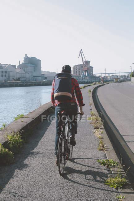 Испания, Бильбао, Zorrozaurre, человек езда гоночных цикла на велосипедов переулок — стоковое фото
