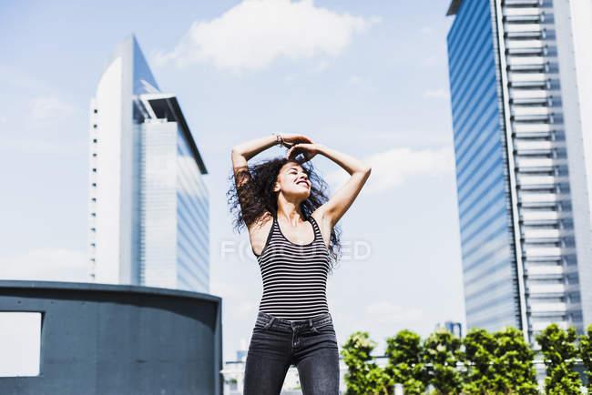 Enthousiaste jeune femme à l'extérieur — Photo de stock