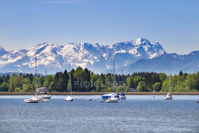 Allemagne, Bavière, Haute-Bavière, Fuenfseenland, lac de Starnberg, montagnes Wetterstein et Zugspitze — Photo de stock