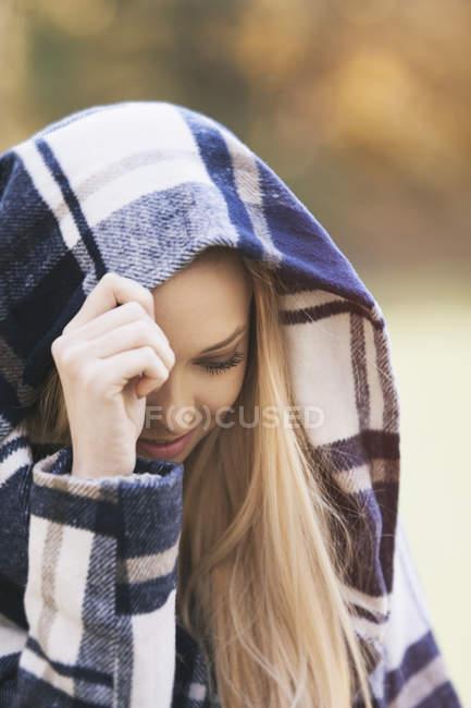 Улыбающаяся девочка в капюшоне — стоковое фото