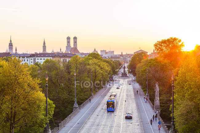 Deutschland, Bayern, München, Abendhimmel mit Maximilianbrücke — Stockfoto