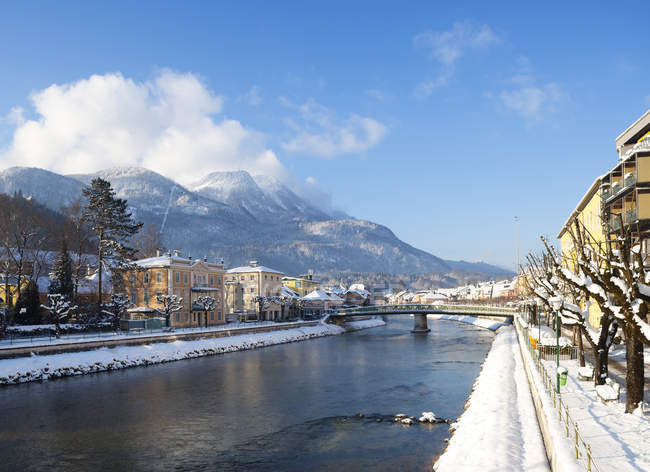 Austria, Bad Ischl, Traun river, Lehar-Villa, Katrin mountain, Osterhorngruppe in background — Stock Photo