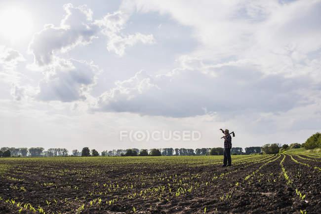 Landwirt steht in einem Feld — Stockfoto