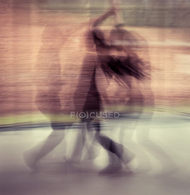 Silhouettes of a dancing couple in motion — Stock Photo