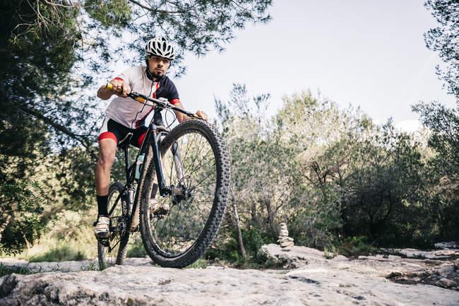 Mountain biker in movimento — Foto stock