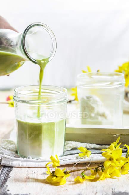 Vegano latte matcha con latte di cocco e mandorla — Foto stock