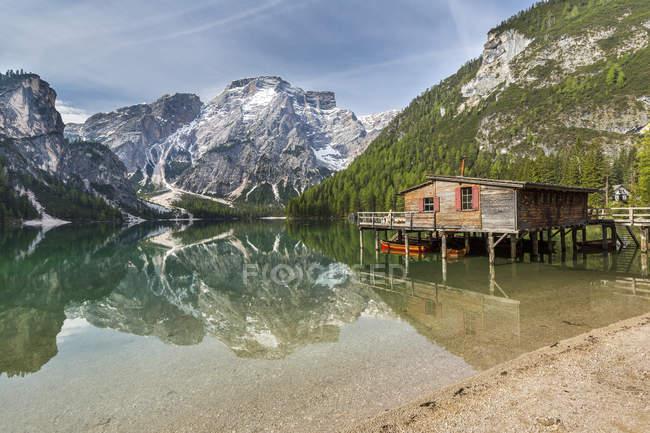 Italie, Tyrol du Sud, Dolomites, Parc naturel des Fanes-Sennes-Prags, Lac Prags avec Seekofel, hangar à bateaux — Photo de stock