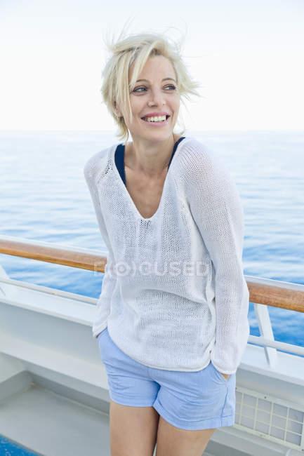 Porträt einer blonden Frau an der Reling eines Kreuzfahrtschiffes — Stockfoto
