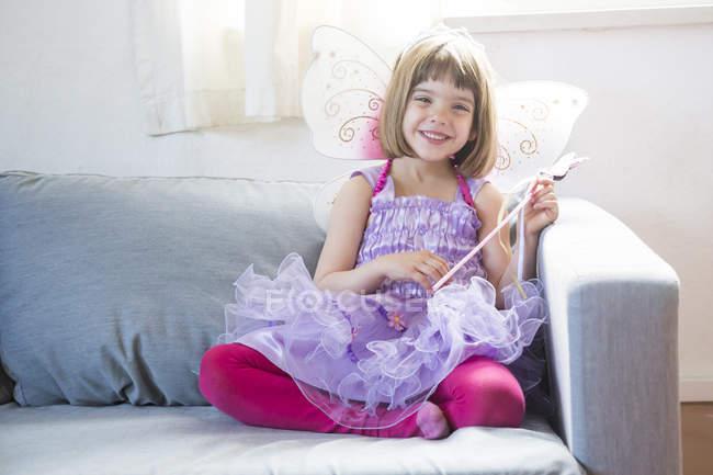 Portrait de heureuse petite fille habillée en reine des fées — Photo de stock