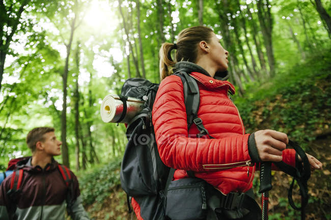 Serbia, Rakovac, pareja joven haciendo senderismo con mochilas - foto de stock