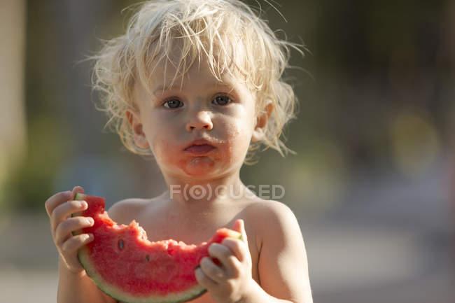 Menino comendo melancia, close up durante o dia — Fotografia de Stock