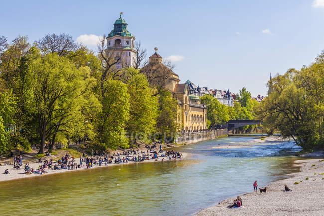 Deutschland, Bayern, München, erholsame Menschen an der Isar — Stockfoto