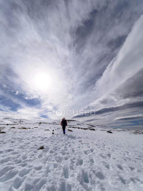 Spain, Sierra de Gredos, man hiking in snowy mountains — Stock Photo