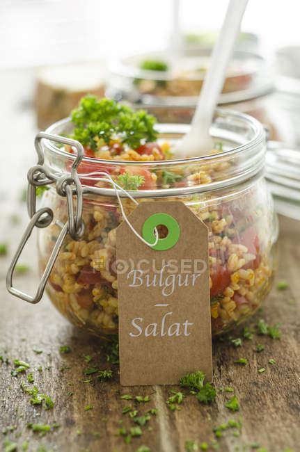 Closeup vista da salada de bulgur frasco com rótulo e escrita — Fotografia de Stock