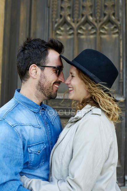Счастливая пара лицом к лицу — стоковое фото