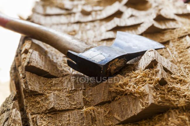 Axt auf Holzblock für die Bildhauerei vorbereitet — Stockfoto