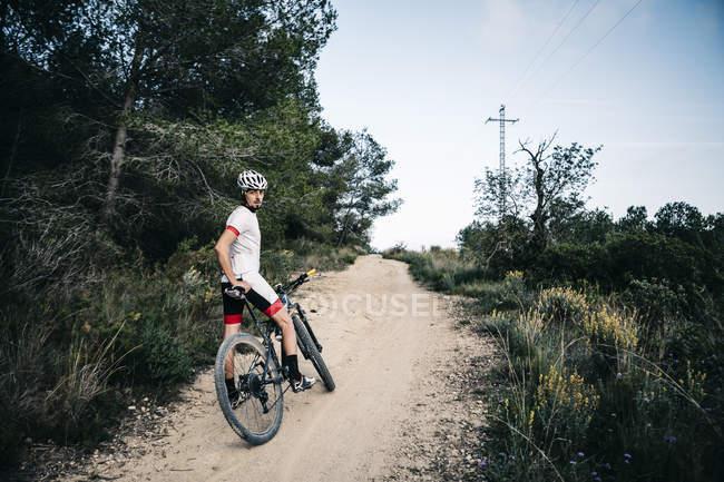 Montanaro che ha un riposo su un sentiero — Foto stock