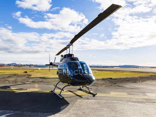 Islande, Reykjavik, un hélicoptère sur le point d'atterrissage pendant la journée — Photo de stock