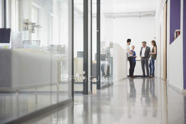 Gruppo di uomini d'affari riuniti nel corridoio degli uffici — Foto stock