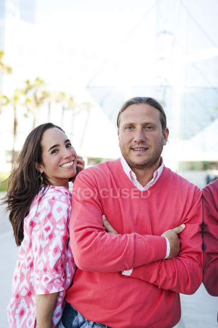 Porttrait of happy couple at daytime — Stock Photo