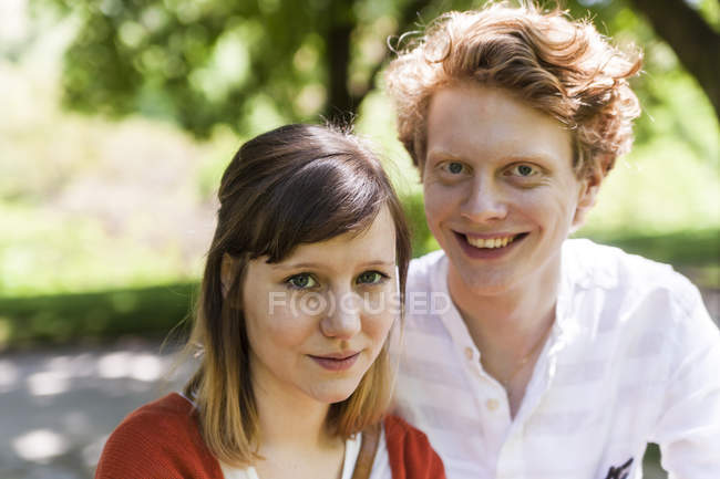 Ritratto di giovane donna con il ragazzo sorridente in background — Foto stock