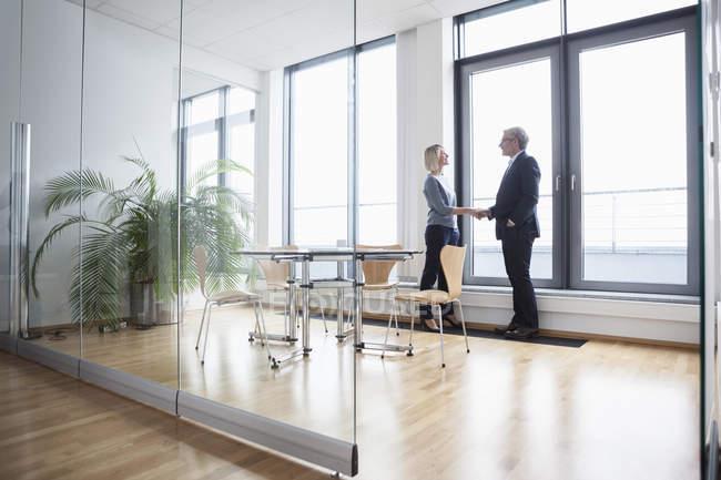 Бизнесмен, предприниматель, пожимая руки в офисе — стоковое фото