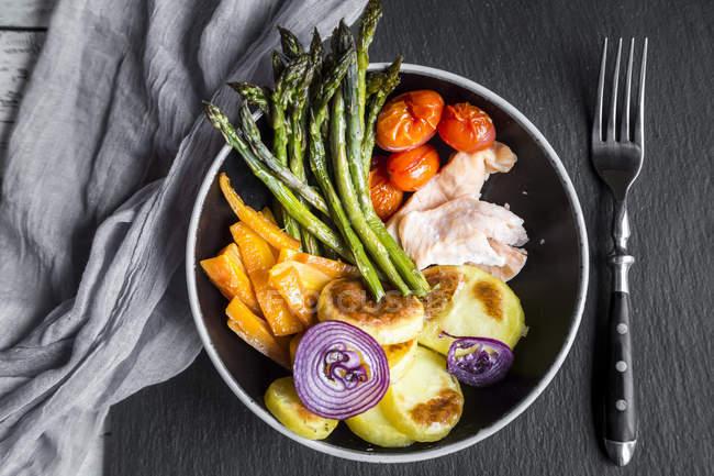 Vista superior da bacia do almoço com legumes e salmão — Fotografia de Stock