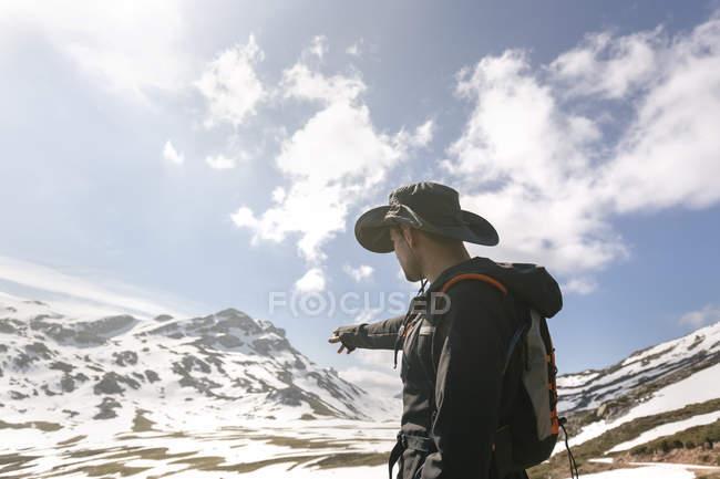 Homme randonnée dans les montagnes pointant du doigt, Espagne, Asturies, Somiedo — Photo de stock