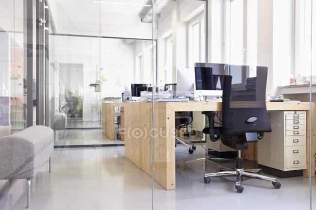 Интерьер светлого современного офиса — стоковое фото