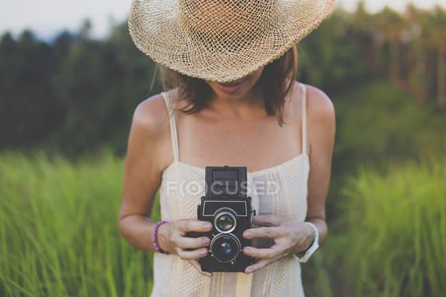 Жінка з старий фотоапарат в полях — стокове фото