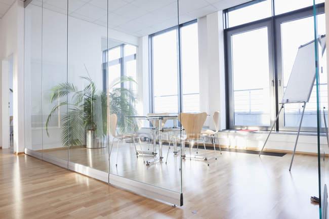 Интерьер офиса, стол со стульями в бортовой комнате — стоковое фото