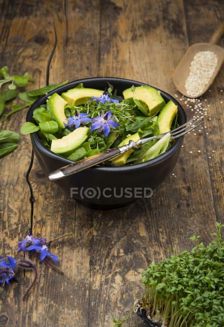 Tigela de desintoxicação de alface e estrela-flores — Fotografia de Stock