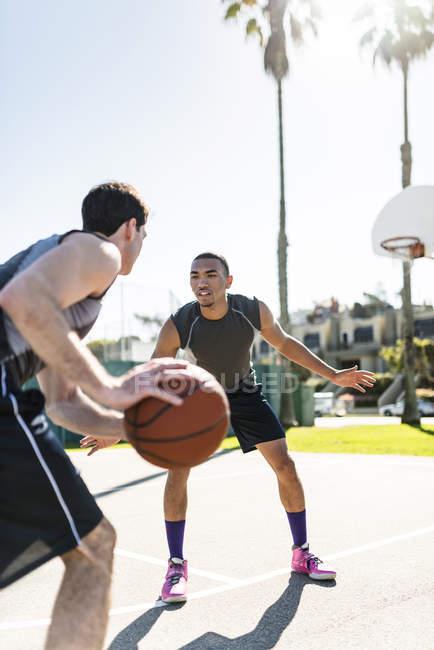 Amigos jogando basquete ao ar livre — Fotografia de Stock