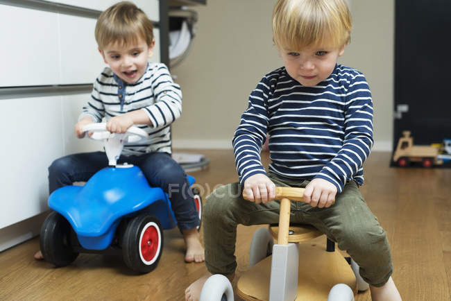 Two little boys playing at home with toy cars — Stock Photo