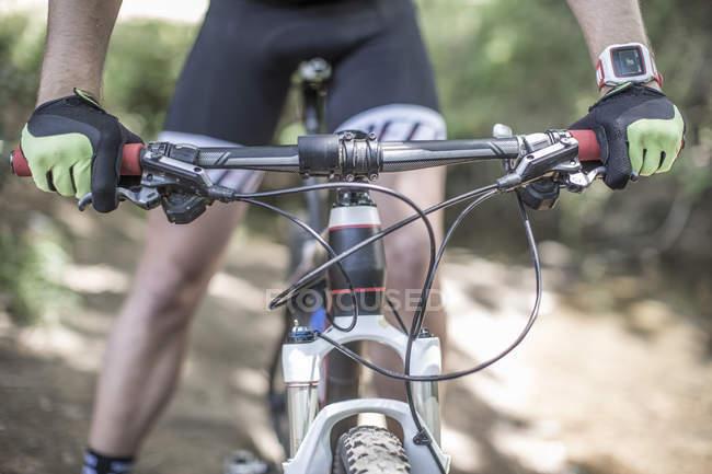 Крупный план человека на горном велосипеде в лесу — стоковое фото